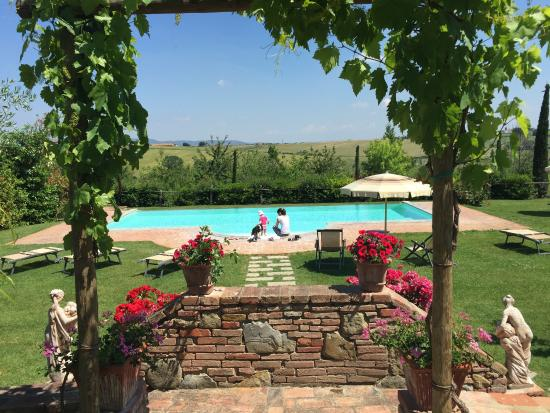Agriturismo Pratovalle : Famiglia in piscina