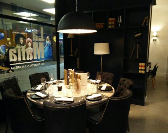La Mafia se Sienta a La Mesa: Ambiente Biblioteca (6-8 personas)
