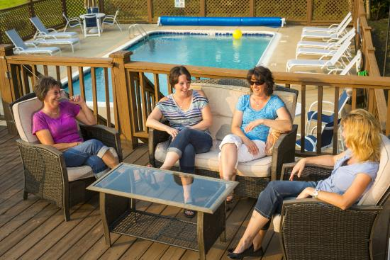 LeFevre Inn & Resort : Pool side--perfect to catch up with friends.