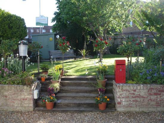 Swan Guest House LONDON - HEATHROW: Front Garden