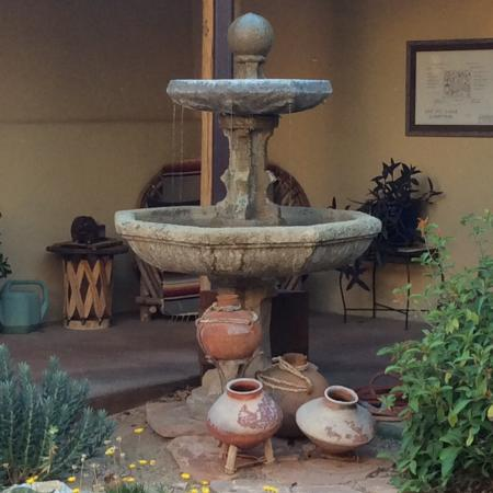 Cat Mountain Lodge: Watched a hummingbird take a shower in this fountain