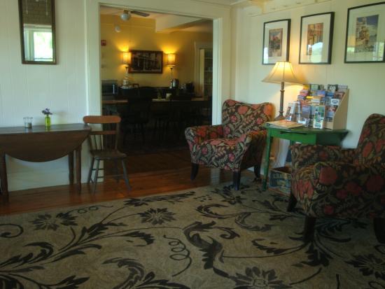 Harvest Barn Inn: Sitting Area/Beverages & Cookies always available