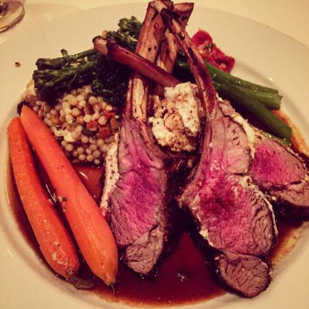 Cafe Marquesa: Delicious got cheese crusted rack of lamb!