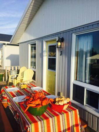Cavendish Bosom Buddies Cottages and Suites: Lobster on the Deck!