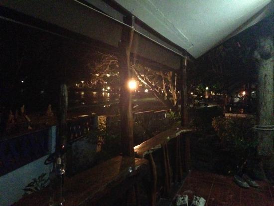 Ao Pudsa Bungalows: วิวด้านหน้าห้องตอนกลางคืน