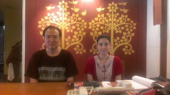 Viangbua Mansion: 左が藤本、右がボー(日本語3級)