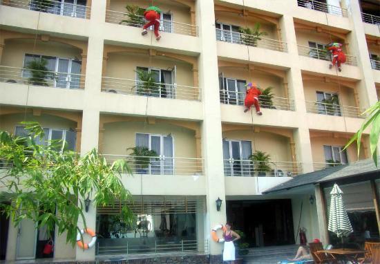 Metropole Hotel: Вид на отель со стороны бассейна