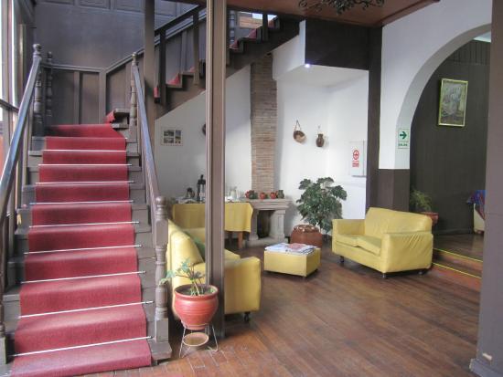 Santa Maria Hostal: Hall de recepción del 1er. Piso con servicio permanente y gratuito de café pasado y mates en gra