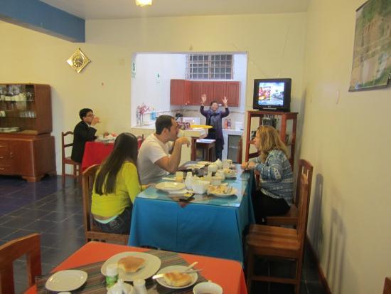هوتل سانتا ماريا: Sección de la Cafetería a la hora de servirse el desayuno.
