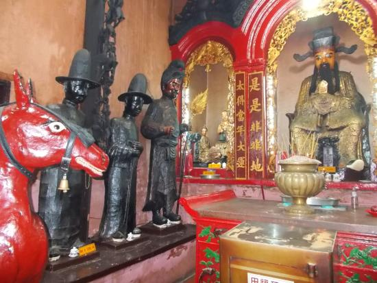 Emperor Jade Pagoda: Area on the left side of the temple (as facing the temple) with interesting statues (perhaps tho