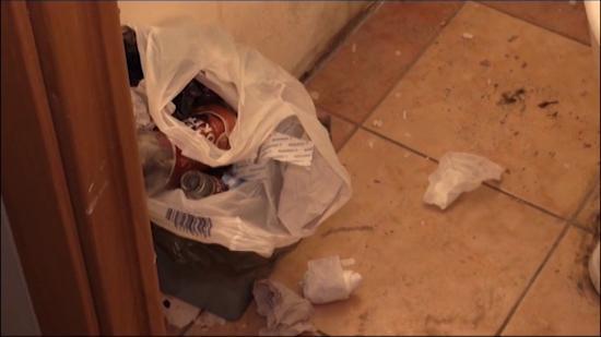 Amrita Hotel: Мусор валяется на полу в туалете