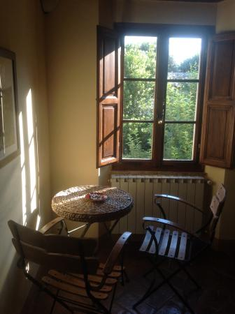 Il Giardino Segreto: Breakfast table with garden view.