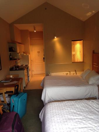 Pinnacle Hotel Whistler: Double suite with full kitchen (room 427)