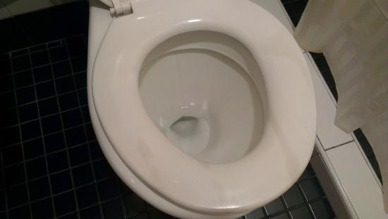 Hotel Eden54: Toilet seat needs fixing