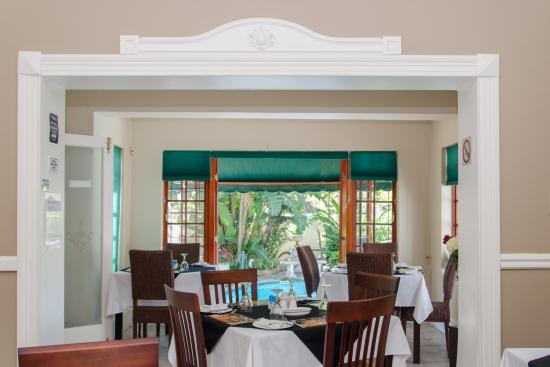 Brighton Lodge Guest House: Breakfast room overlooking the pool