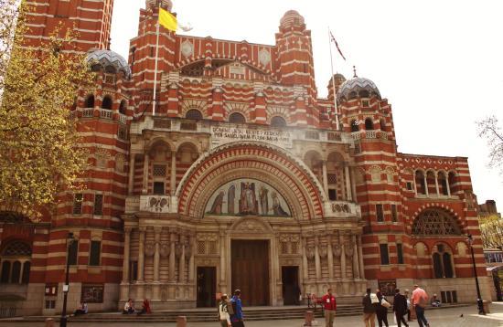 ウェストミンスター大聖堂, 大聖堂周辺は赤いレンガ造りの建物が多い