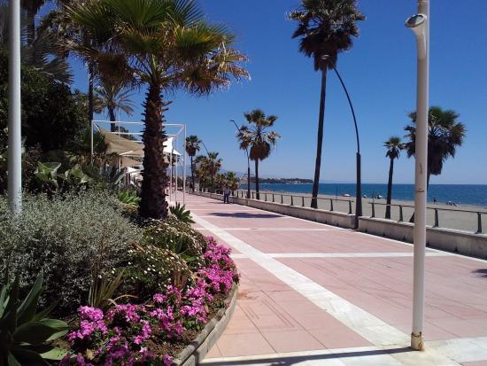 Estepona, España: passeggiata marittima.