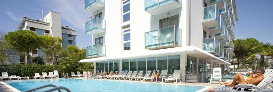 Katja Hotel : L'Hotel Katja visto dalla piscina ad uso esclusivo dei suoi ospiti.