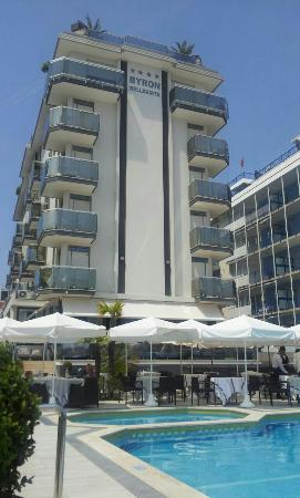 Hotel Byron Bellavista: Vista dalla spiaggia