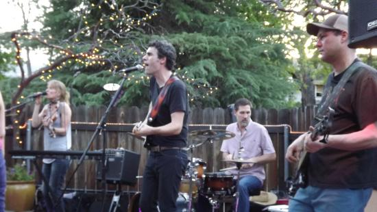 Queen's Inn by the River : Band