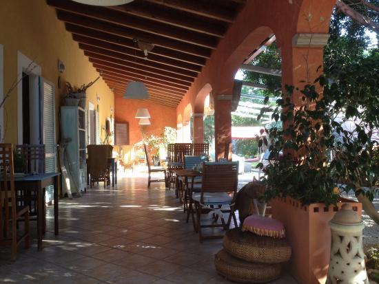 Agriturismo Bed&Breakfast Pedra de Mari: Colazione nel bellissimo portico (giugno 2015)