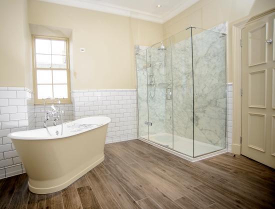 The Raeburn : Bathroom