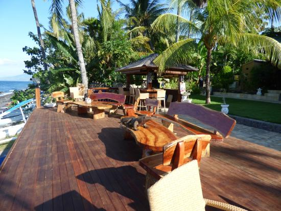 Villa Alba Dive Resort: deck above the beach