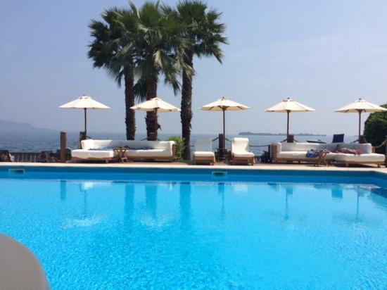 Hotel Villa Capri : Pool und Liegen am See