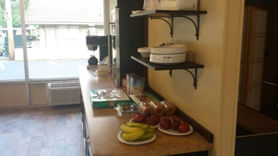 Rodeway Inn: Continental Breakfast Area