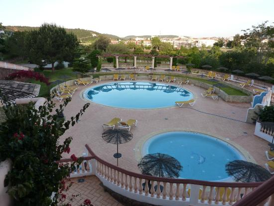 Colina dos Mouros: Evening view of swimming pool