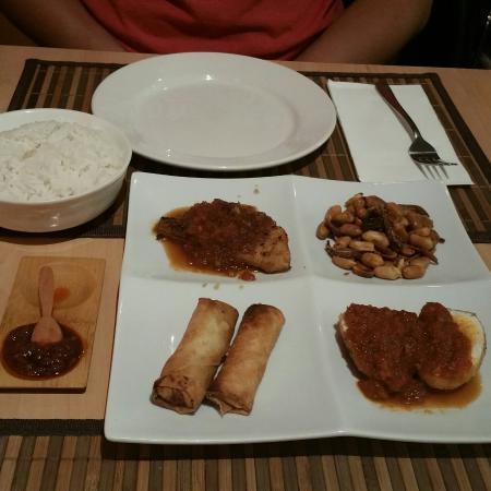 Monggo Restaurant: Monggo interior, the Rijstaffel rice set, tapas-sized portions of the dishes, generous mie goren