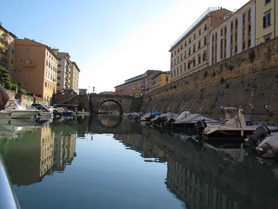Giro dei Fossi di Livorno: vista sul mercato