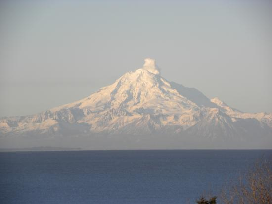 Beluga Lookout Lodge & RV Park: Mt. Redoubt letting off a little steam