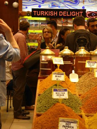 Istanbul Tour Guides - Day Tours : Just the right spice shop in the bazaar