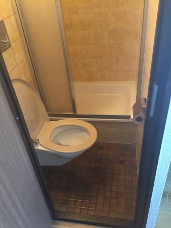 lavabo dans la chambre double plafond des toilettes qui va bient t tomber et mauvaise isolation. Black Bedroom Furniture Sets. Home Design Ideas