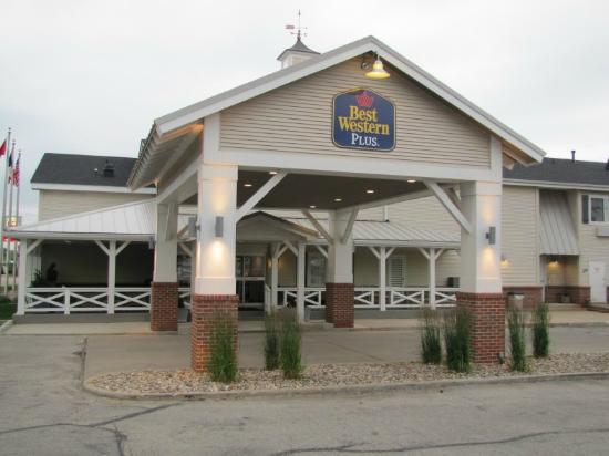 BEST WESTERN PLUS University Park Inn & Suites: Front of Hotel
