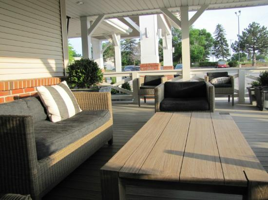 BEST WESTERN PLUS University Park Inn & Suites: Outside sitting area in front of hotel..comfortable