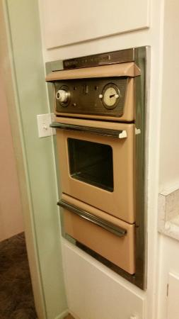 Twin Palms Resort: vintage gas oven - worked very well!!