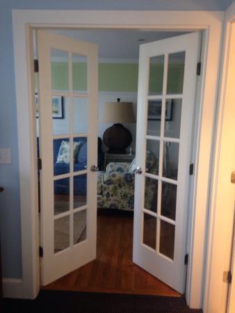 Anchorage Inns & Suites : Doors into living room. Quaint!