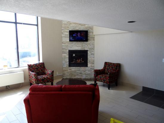 Comfort Inn Midland: Lobby Fireplace & TV