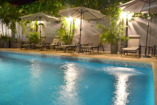 Hotel Arco Iris: pool at night