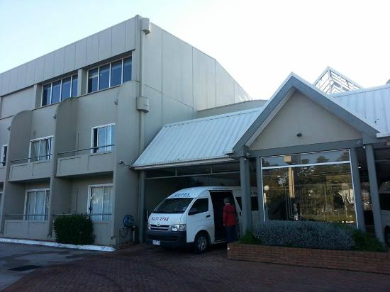 Ciloms Airport Lodge: Entrance to hotel.