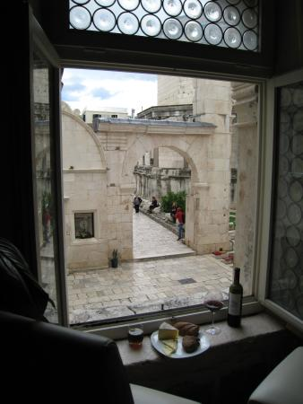 Grisogono Palace Luxury Apartments: After a day of sightseeing, a nice place to relax and watch people in the square.