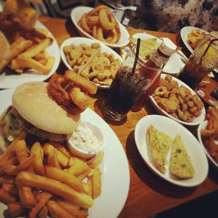 Oak Tree Farm Pub Restaurant: Farmhouse and Tex Mex burgers wth sides!