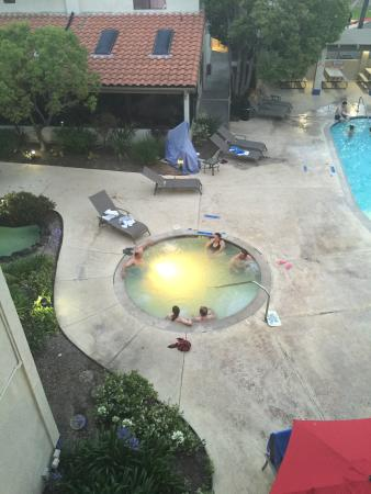 Ramada Carlsbad: Jacuzzi is same color as pond rather than pool