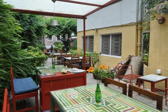Cafe Mitra & Lounge Bar : Mesas externas