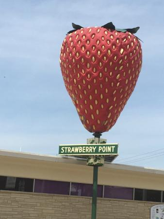 Strawberry Point, ไอโอวา: World's Biggest Strawberry