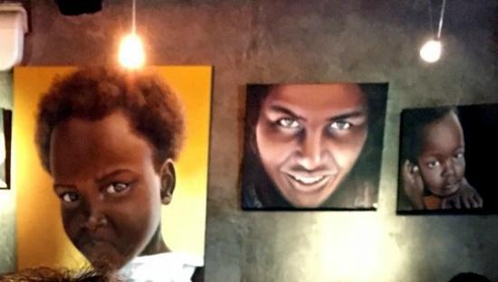 Bistrot Gourmand Clovis : На стенах современные портреты
