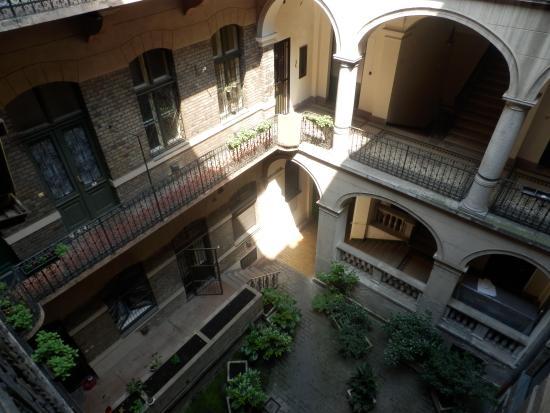 RingAvenue Apartments Budapest: Ring avenue apartment courtyard