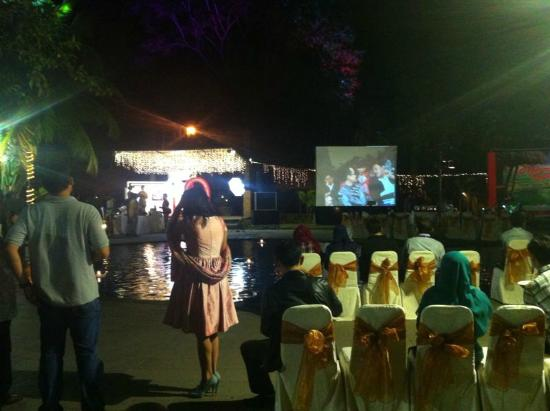 Singgasana Hotel Surabaya: Suasana Dinner di area kolam renang